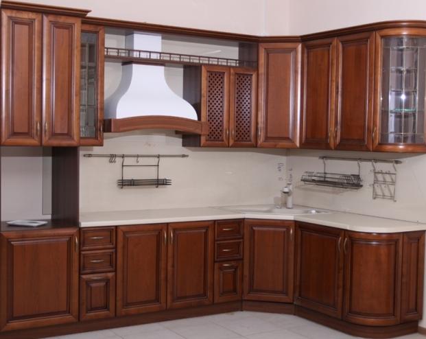 Кухня с фасадами из массива дерева