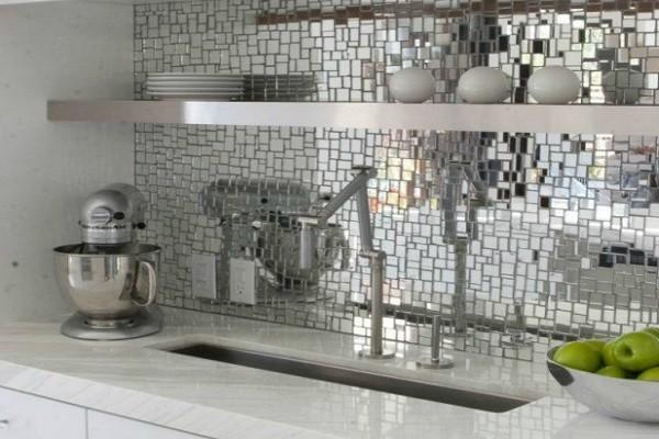 зеркальная мозаика на рабочей стене