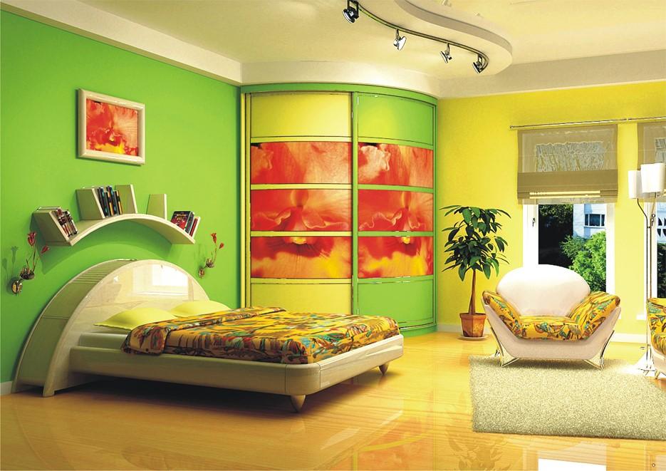 Шкаф-купе в спальне с декорированными стенами