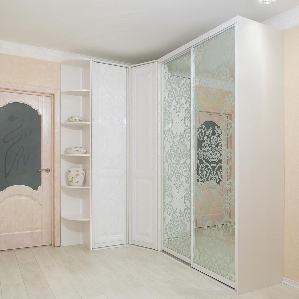 Белый угловой шкаф