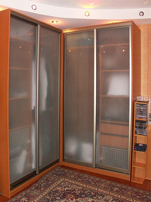 Угловой шкаф-купе со стеклянными дверьми