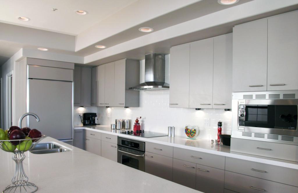Светлая кухня модерн