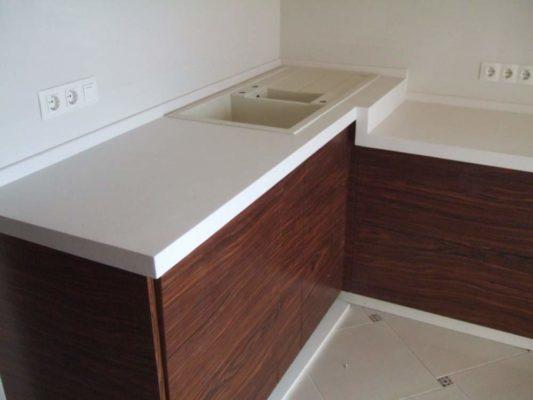 Особенности выбора и преимущества материала кухонных столешницы из композита
